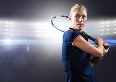 Joueur de tennis contre les lumières lumineuses Photo stock