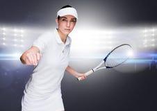Joueur de tennis contre les lumières lumineuses Images libres de droits