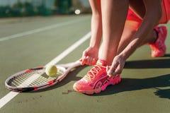 Joueur de tennis féminin attachant des dentelles sur des espadrilles Photos libres de droits