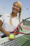 Joueur de tennis féminin au filet sur le portrait de court de tennis images libres de droits