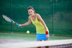 Joueur de tennis féminin sur le court de tennis Photos libres de droits