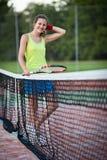 Joueur de tennis féminin sur le court de tennis Photos stock
