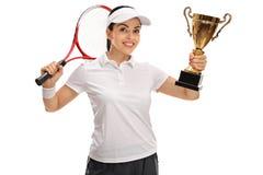 Joueur de tennis féminin tenant un trophée d'or Image libre de droits