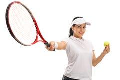 Joueur de tennis féminin tenant une boule et une raquette Photo stock