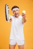Joueur de tennis heureux de jeune homme vous invitant à jouer photo stock