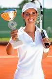 Joueur de tennis montrant le gobelet d'or Photographie stock libre de droits