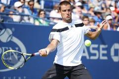 Joueur de tennis professionnel Mikhail Youzhny pendant le quatrième match de rond à l'US Open 2013 Image stock
