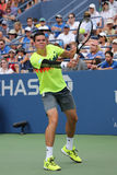 Joueur de tennis professionnel Miols Raonic de Canada pendant le troisième match de rond à l'US Open 2014 Images stock