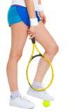 Joueur de tennis se tenant avec un pied sur la boule Photo stock