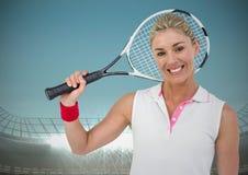 Joueur de tennis souriant contre le stade avec le ciel bleu et les lumières lumineuses Photographie stock libre de droits