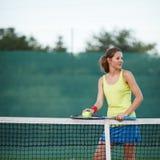 Joueur de tennis sur le court de tennis Images libres de droits