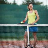 Joueur de tennis sur le court de tennis Image stock