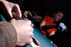 Joueur de tisonnier contrôlant ses cartes Image libre de droits