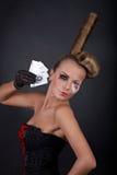 Joueur de tisonnier féminin sexy avec des cartes photographie stock