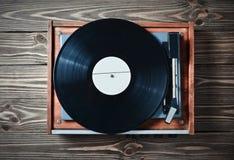 Joueur de vinyle avec des plats sur une table en bois Divertissement 70s Écoutez la musique Photos libres de droits
