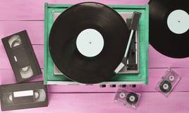 Joueur de vinyle de vintage avec des plats, cassette vidéo, cassette sonore image libre de droits