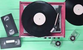 Joueur de vinyle de vintage avec des plats, cassette vidéo, cassette sonore images libres de droits