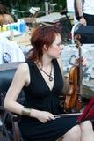 Joueur de violon à la distribution de rue images stock