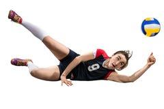 Joueur de volleyball féminin atteignant la boule au sol d'isolement Photo stock