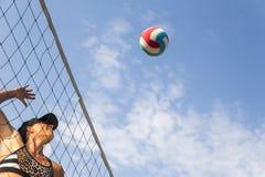 Joueur de volleyball féminin de plage Photos stock