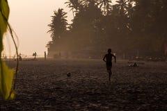 joueur de volleyball de plage jeune photos stock
