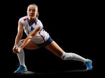 Joueur de volleyball professionnel féminin d'isolement sur le noir Image libre de droits