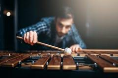 Joueur de xylophone avec des bâtons, musicien dans l'action photos stock