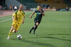 Joueur du milieu de terrain Vladislav Ignatiev de FC Kuban courant à partir du fc Sergey Petrov krasnodar de défenseur Image libre de droits