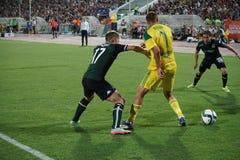 Joueur du milieu de terrain Vladislav Kulik de FC Kuban entouré par des défenseurs Photos stock