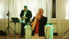 Joueur et ingénieur du son de saxophone au travail banque de vidéos