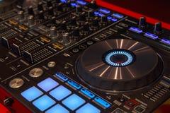 Joueur et mélangeur du DJ dans la boîte de nuit Photo stock