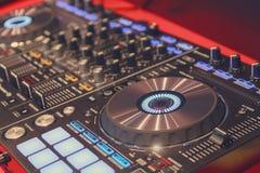 Joueur et mélangeur du DJ dans la boîte de nuit Image stock
