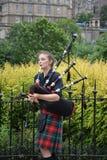 Joueur féminin de cornemuse à Edimbourg, Ecosse photo libre de droits