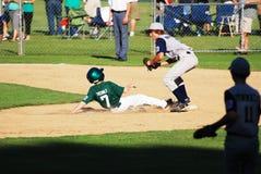 Joueur glissant dans la 2ème base. Photo libre de droits