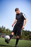 Joueur hispanique de football ou de football donnant un coup de pied une bille Photos libres de droits