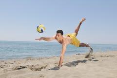 Joueur mâle de match de volley de plage photographie stock libre de droits