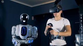 Joueur masculin à l'aide de l'équipement spécial avec des verres de VR, fin  banque de vidéos
