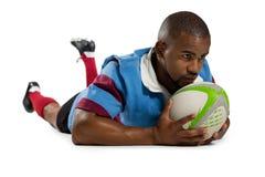 Joueur masculin de rugby marquant un essai Images stock