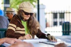 Joueur plus âgé de domino Photographie stock libre de droits