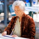 Joueur plus âgé de domino Photos stock