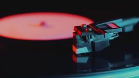 joueur record de rotation Rétro-dénommé de vinyle 4K Fin vers le haut Fin tournante de phonographe de cru  Beau film coloré banque de vidéos