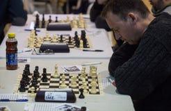 Joueurs d'échecs pendant le gameplay à un tournoi local Images libres de droits