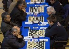 Joueurs d'échecs pendant le gameplay à un tournoi local Photos libres de droits