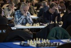 Joueurs d'échecs pendant le gameplay à un tournoi local au loin Photographie stock