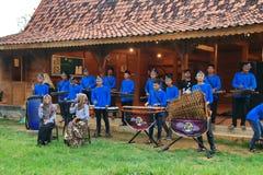 Joueurs d'Angklung dans l'action ? un ?v?nement photo stock