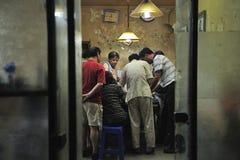 Joueurs dans la chambre outre de Hutongs dans Pékin, Chine Photo libre de droits