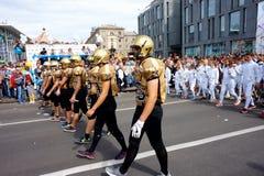 Joueurs dans le handball et escrimeurs au cortège de carnaval en l'honneur de célébrer le jour de ville photographie stock libre de droits