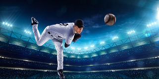 Joueurs de baseball professionnels sur l'arène grande de nuit Photographie stock libre de droits