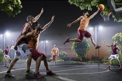 Joueurs de basket dans l'action sur la cour image libre de droits