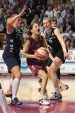 Joueurs de basket féminins dans l'action images stock